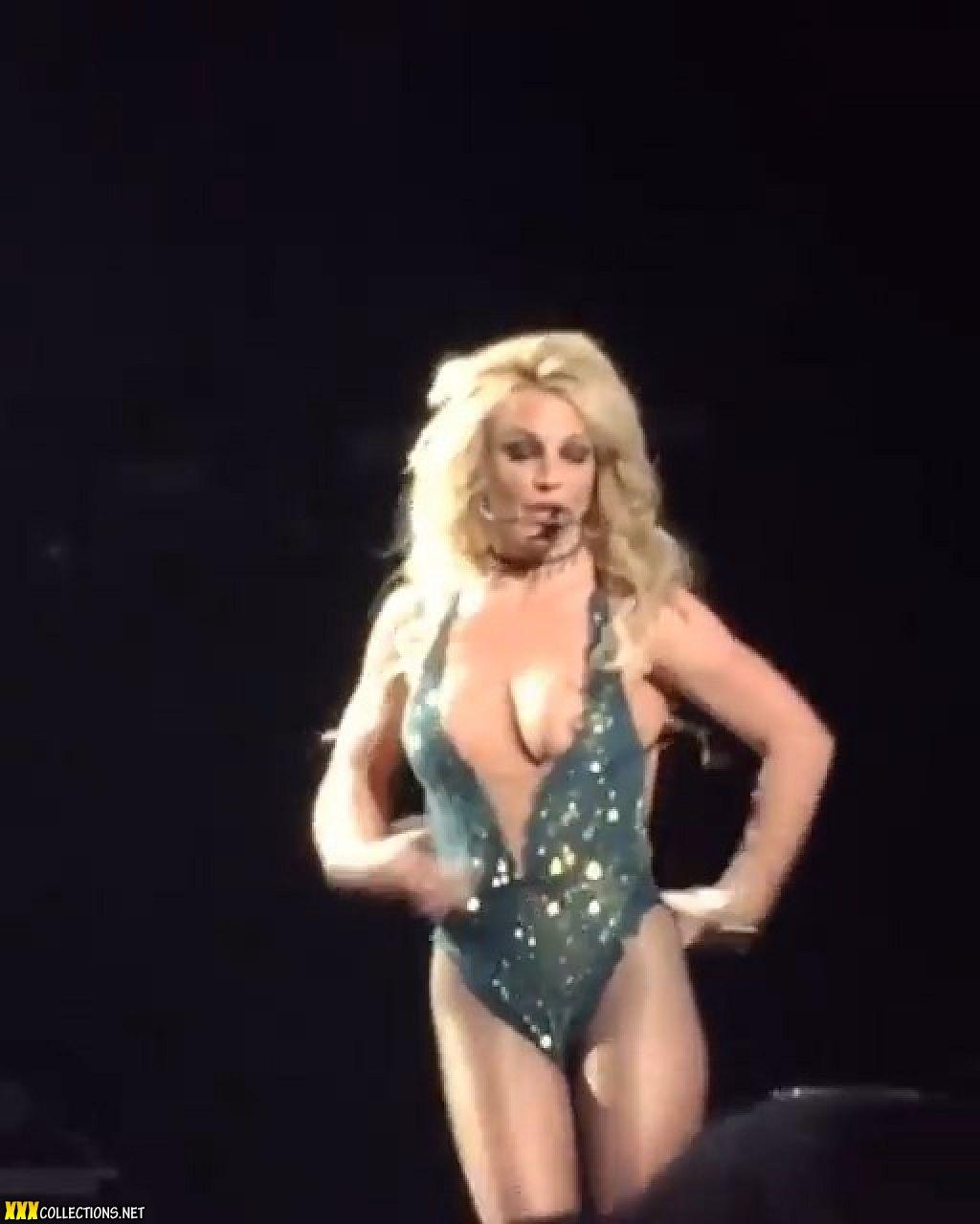 spears nip slip Britney
